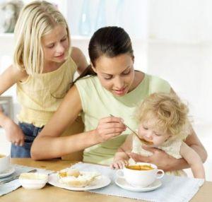 Как малыш постепенно учится есть обычную пищу