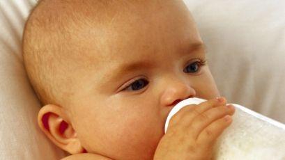 Кормление новорожденного ребенка из бутылочки