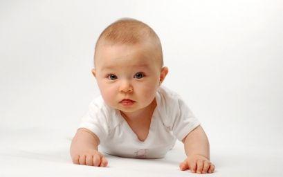 Превратите гостиную в безопасную зону для ползающего младенца