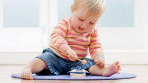 Развитие ребенка от 1-го и 10 месяцев до 2 лет: двигательные навыки, творчество, речевое, эмоциональное развитие, игры
