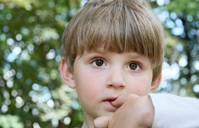 Ребенок кусает ногти, что делать?