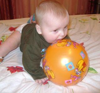 А мы играем с мячом! Развивающие игры с мячом. Учим ребенка играть в футбол