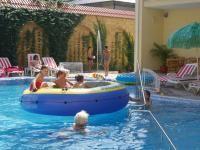 Бассейн для детей до года. Польза плавания для грудничков . Как плавание влияет на физическое развитие грудного ребенка?