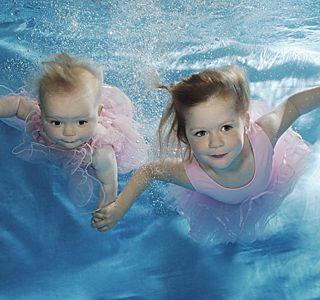 Что делать, если ребенок боится воды? Откуда страхи?
