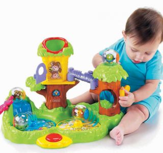 К шести месяцам двигательная активность малыша все возрастает, а значит, он уже может сам выбирать, какими игрушками играть.