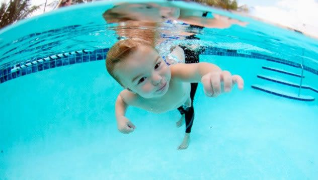Как научить плавать грудного ребенка?многие родители стремятся научить своих малышей плавать, как можно раньше.