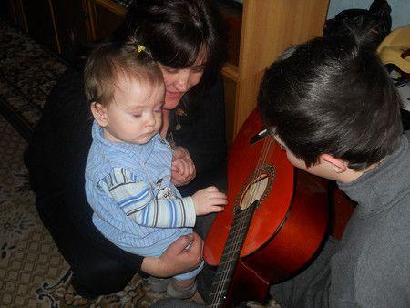 Unchiul a învățat să cânte la chitară