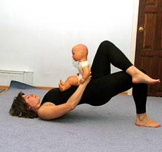 После родов обязательно необходимо укреплять мышцы тазового дна, а сделать это помогают различные упражнения.