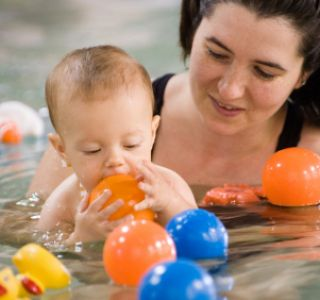 Учимся плавать как рыбка в воде. Плывем вместе с мамой. Любые родители мечтают, чтобы их дети были крепкими и здоровыми физически.