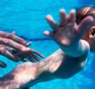 Уроки плавания для грудничков в бассейне.