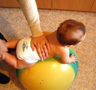 Зарядка на мяче для детей. Гимнастика на мяче для грудничков. Фитбол для грудничков полезно и интересно